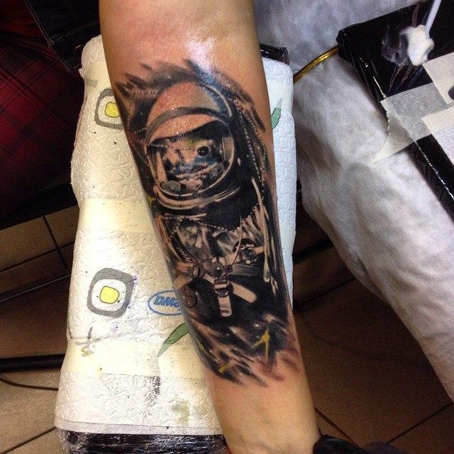 Художественная татуировка «Космонавт» от Сергея Хоррора.