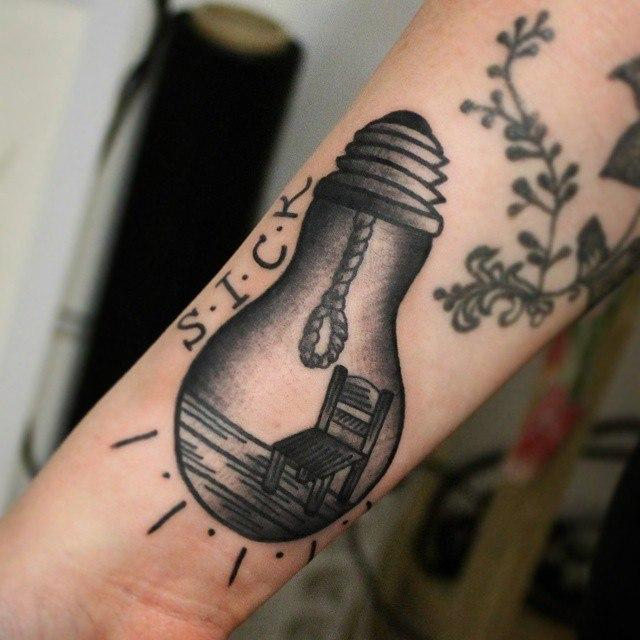 Художественная татуировка «Лампочка». Начинающий мастер Настя Стриж.