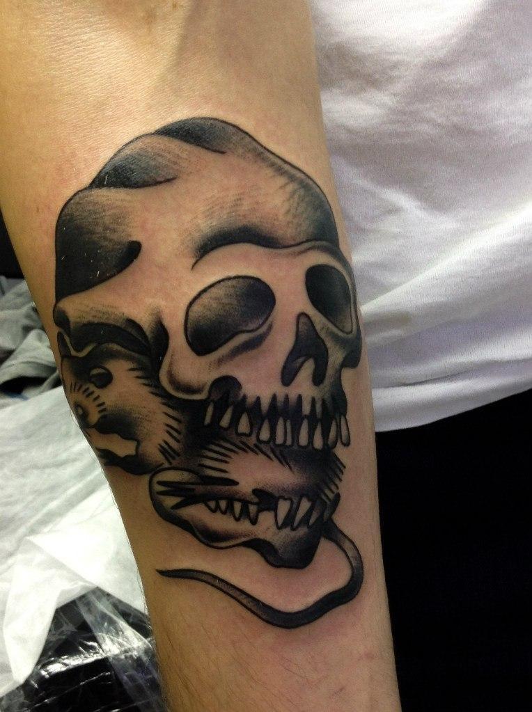 Художественная татуировка «Череп с крысой». Мастер Таня Lika.