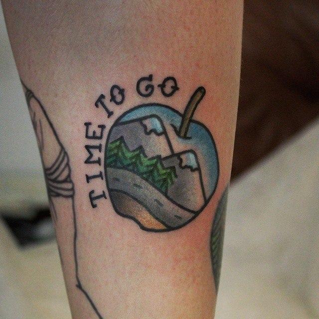 Художественная татуировка «Яблочко». Начинающий мастер Настя Стриж.