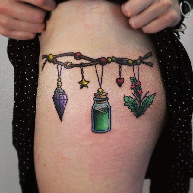 Художественная татуировка «Ведьмин браслет». Начинающий мастер Настя Стриж.