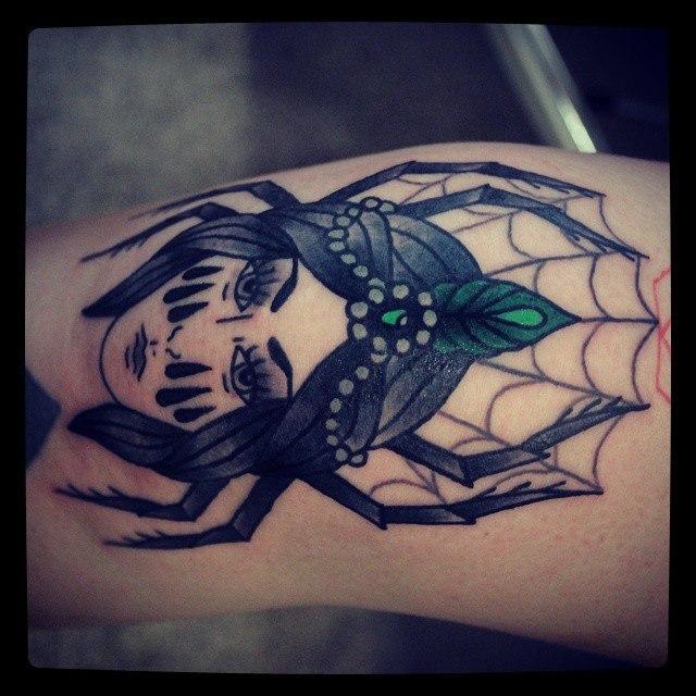 Художественная татуировка «Паучиха». Начинающий мастер Настя Стриж.