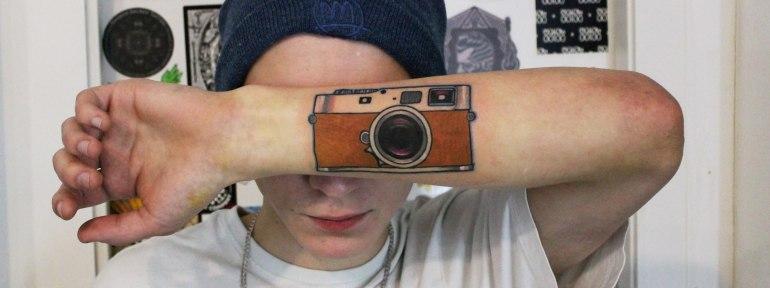 Художественная татуировка «Фотоаппарат». Мастер Саша Новик.