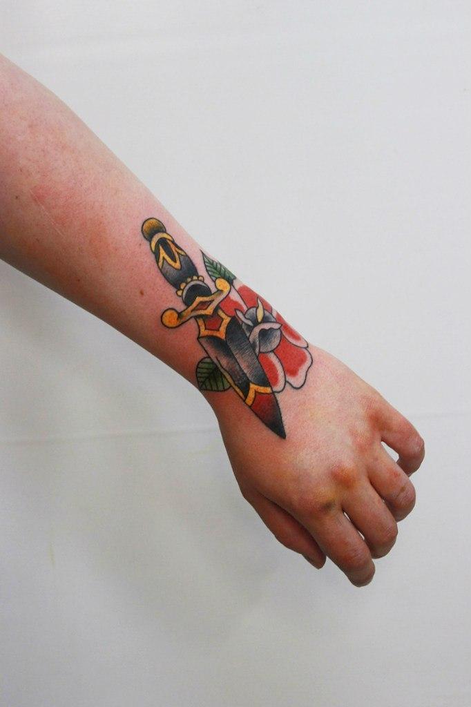 Художественная татуировка «Кинжал». Мастер Евгений Константинов.