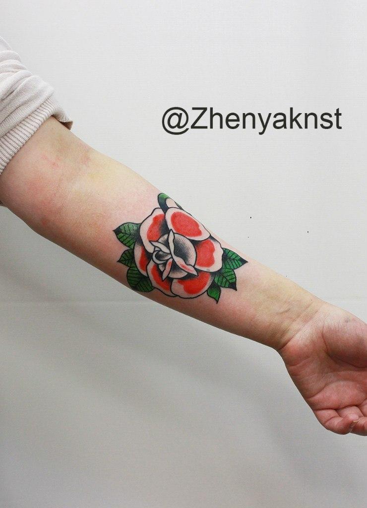 Художественная татуировка «Роза». Начинающий мастер Евгений Константинов.