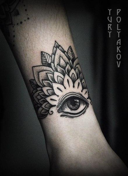 Художественная татуировка «Мандала с глазом» от Юрия Полякова