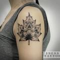 Художественная татуировка «Листик». Мастер Инесса Кефир. По собственному дизайну. Расположение: плечо. Время работы: 2 часа.