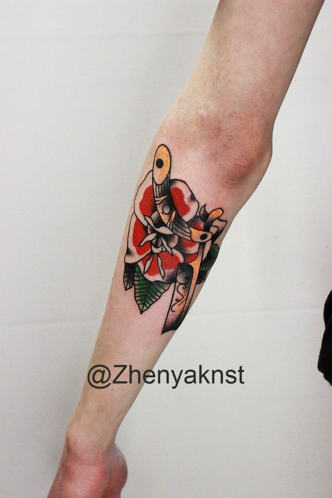 Художественная татуировка «Опасная бритва с розой». Начинающий мастер Евгений Константинов.