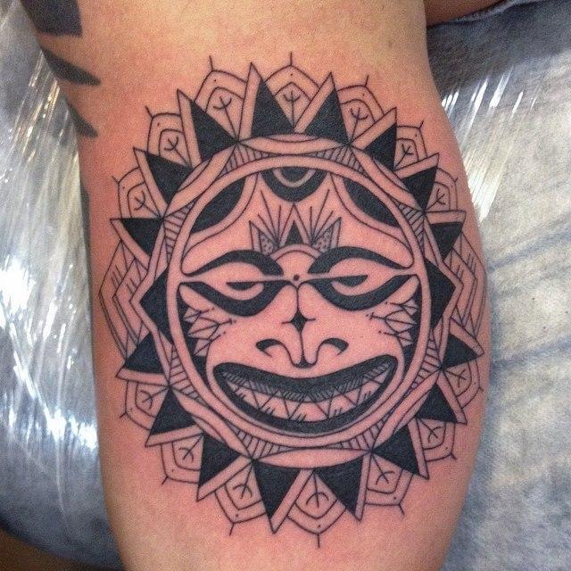 Художественная татуировка «Полинезийская маска» от Данилы-Мастера