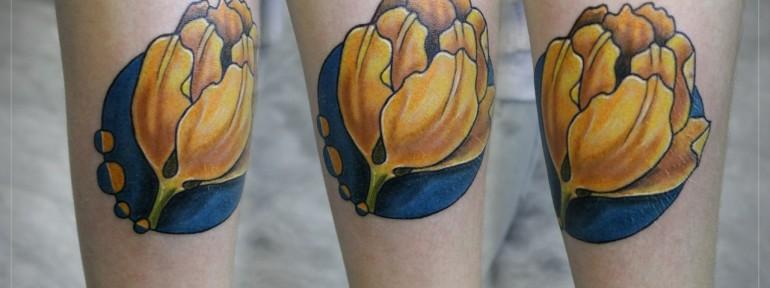 Художественная татуировка «Желтый тюльпан». Мастер Мария Скляр.