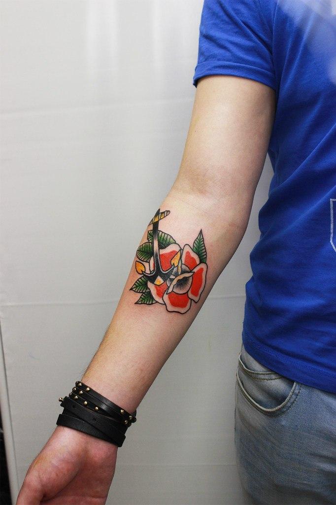 Художественная татуировка «Роза с якорем». Начинающий мастер Евгений Константинов.