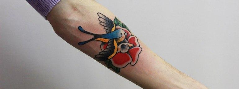 Художественная татуировка «Ласточка». Начинающий мастер Евгений Константинов.