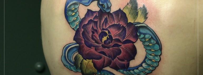 Художественная татуировка «Змея с пионом». Мастер Мария Скляр.