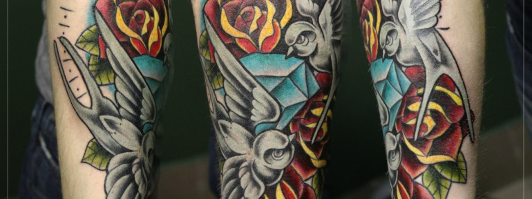 Художественная татуировка «Ласточки и розы». Мастер Мария Скляр.