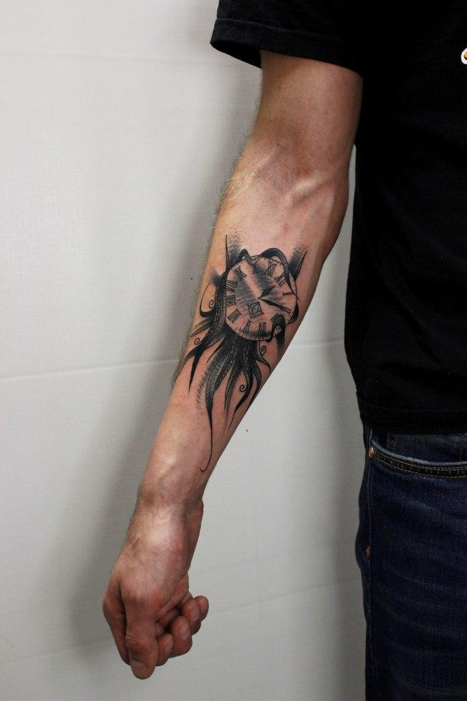 Художественная татуировка «Часы». Мастер Вова Snoop.