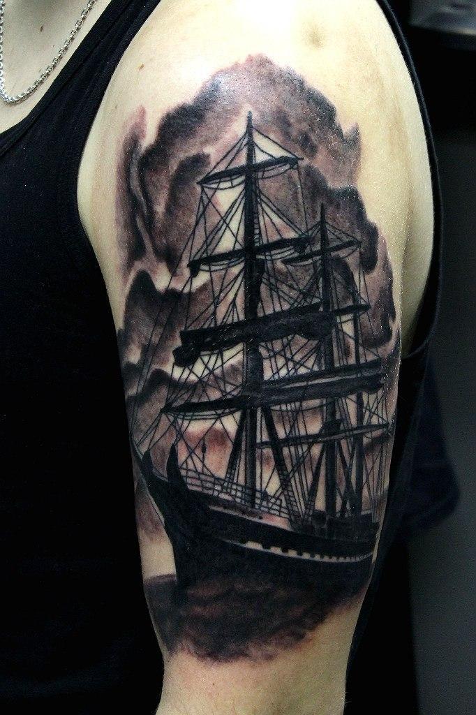 Художественная татуировка «Корабль» от мастера Нияза Фахриева.