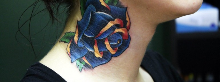 Художественная татуировка «Синяя роза». Мастер Нияз Фахриев.