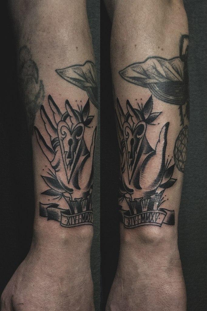 Художественная татуировка «Рука с замком» от Валеры Моргунова