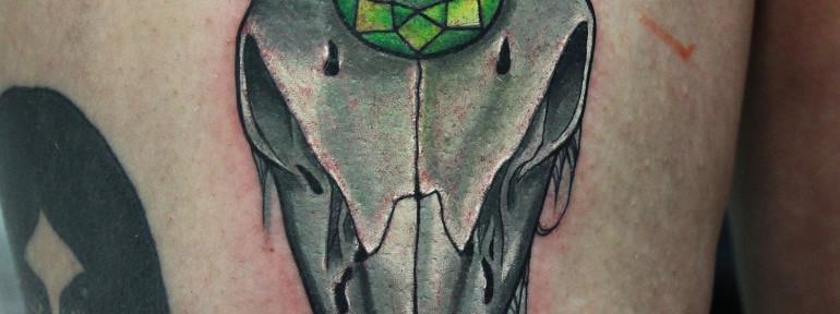 Художественная татуировка «Череп с изумрудом». Мастер Нияз Фахриев.