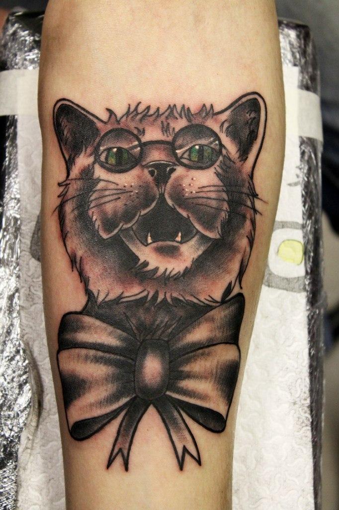 Художественная татуировка «Кот с бантом». Мастер Нияз Фахриев.