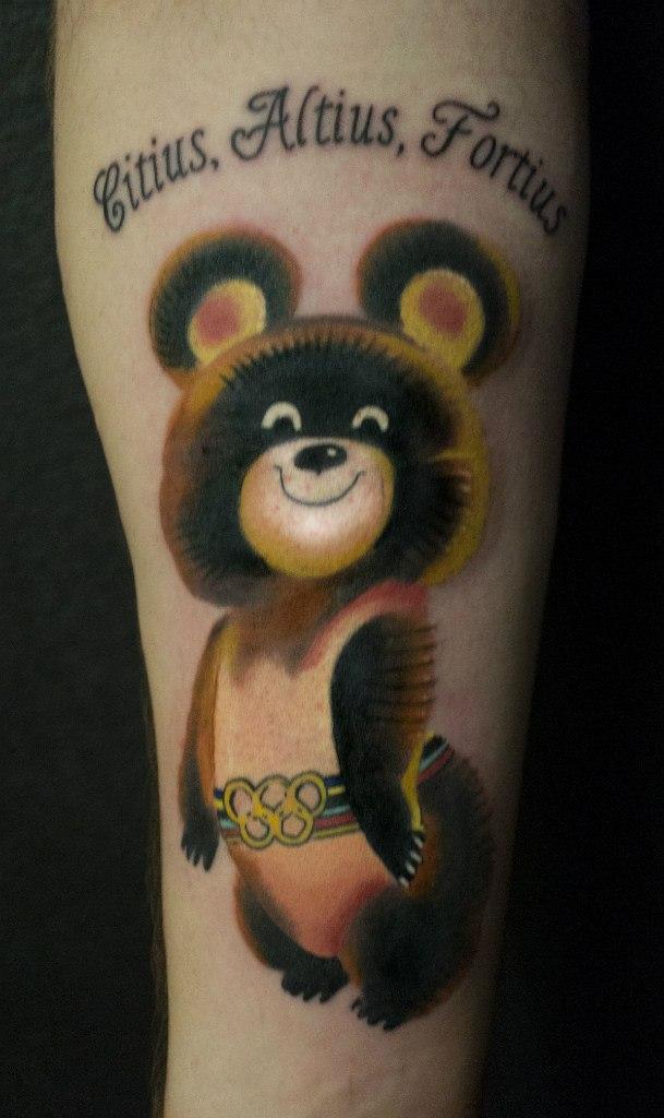 Художественная татуировка «Олимпийский мишка» от Александра Морозова