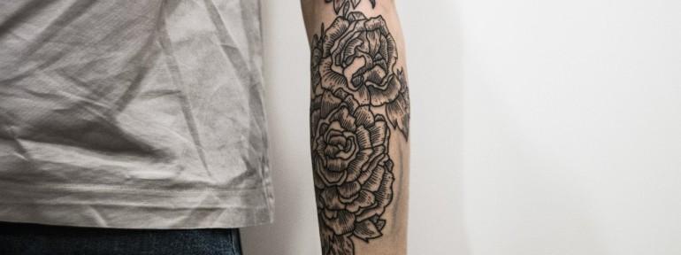 Художественная татуировка «Цветы». Мастер — Андрей Черновалов.