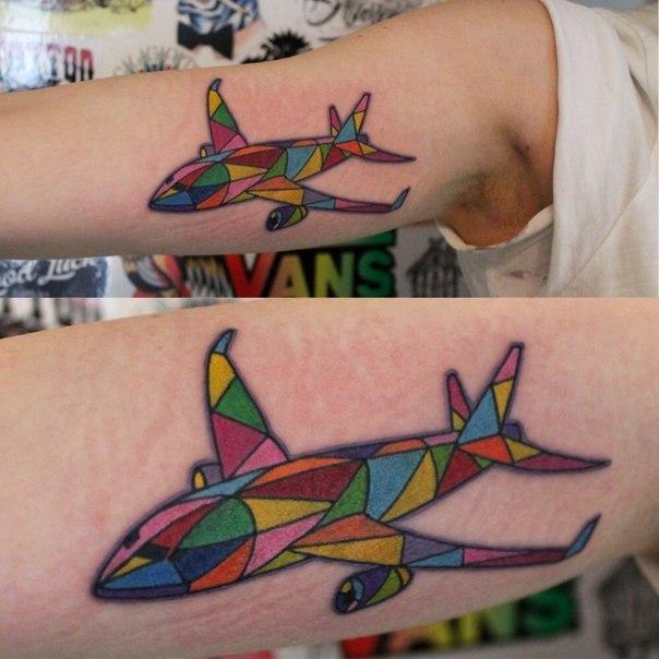 Художественная татуировка «Самолет». Мастер — Саша Новик.