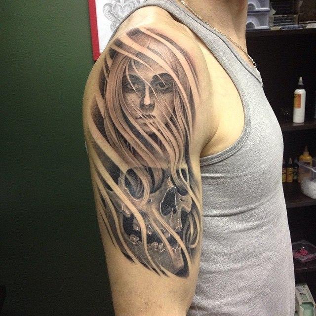 Художественная татуировка «Девушка с черепом». Мастер Павел Заволока.