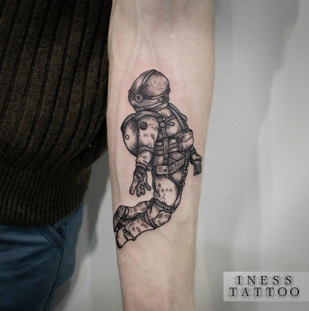 Художественная татуировка «Космонавт». Мастер — Инесса Кефир. Расположение — предплечье. Время работы — 2,5 часа. По эскизу клиента.