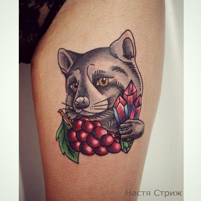 Художественная татуировка «Енот». Мастер — Настя Стриж