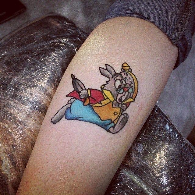 Художественная татуировка «Кролик из Алисы в стране чудес». Мастер — Настя Стриж.