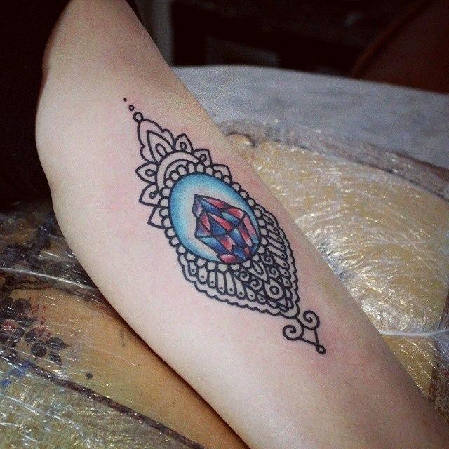 Художественная татуировка «Узор и кристаллы». Мастер — Настя Стриж.
