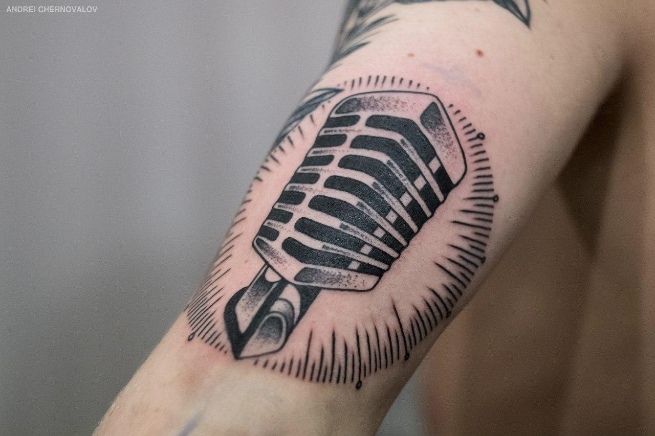 Художественная татуировка «Микрофон». Мастер — Андрей Черновалов. Расположение — плечо. Время работы — 2 часа. По собственному эскизу.