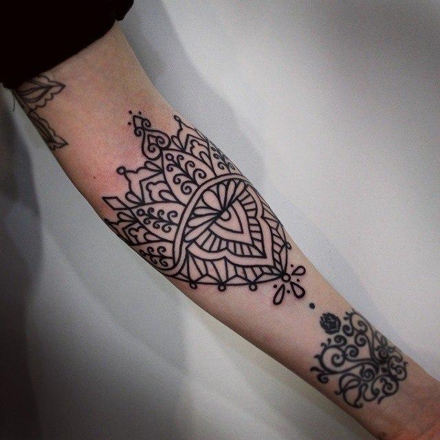 Художественная татуировка «Узор». Мастер — Настя Стриж.