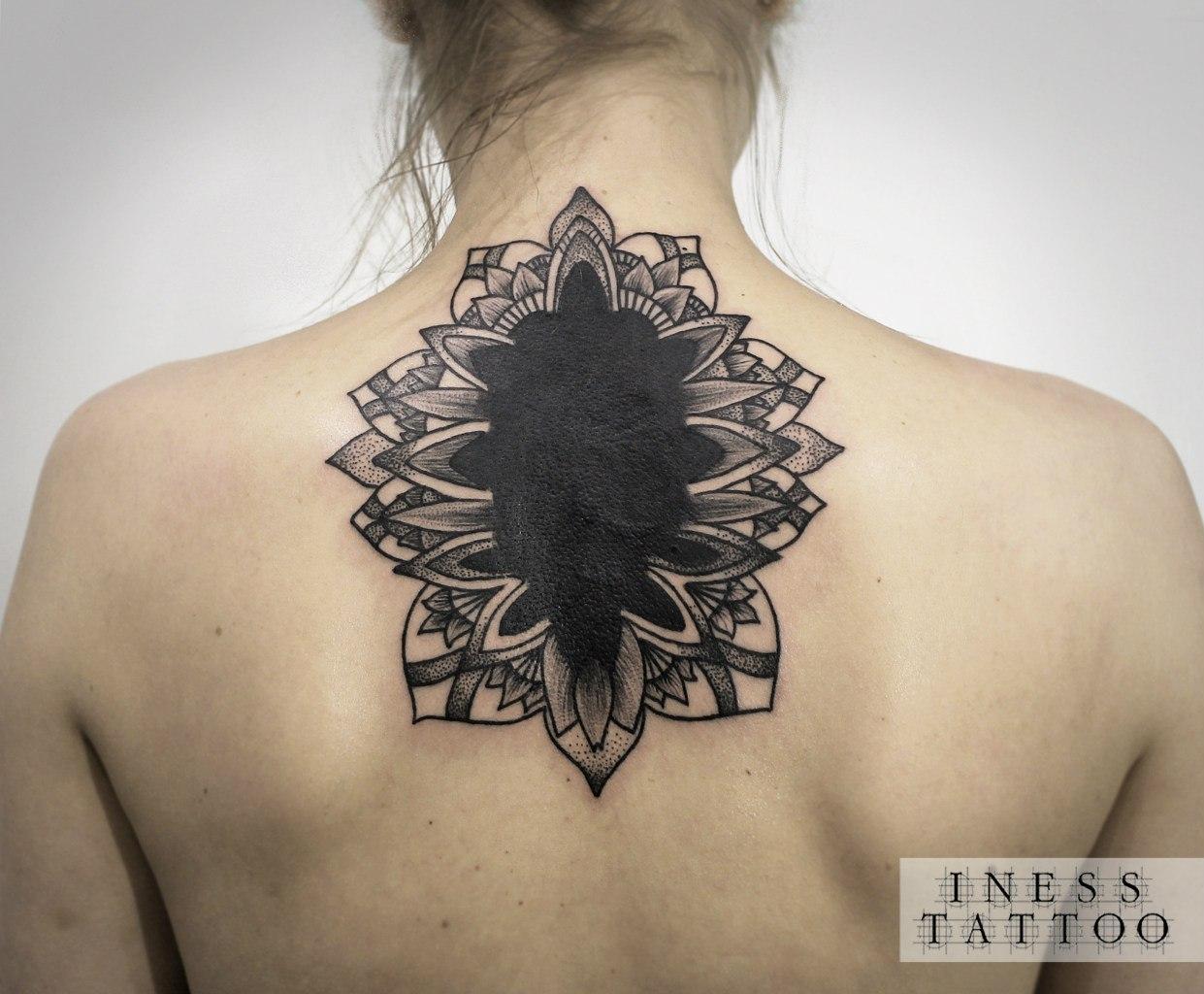 Художественная татуировка «Узор», перекрытие. Мастер — Инесса Кефир. Расположение — спина. Время работы — 5 часов. По собственному эскизу.