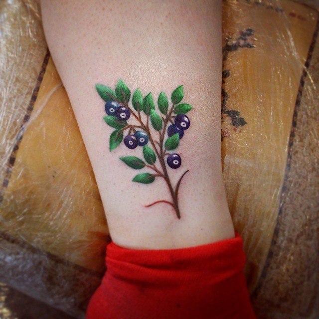 Художественная татуировка «Черника». Мастер — Настя Стриж.