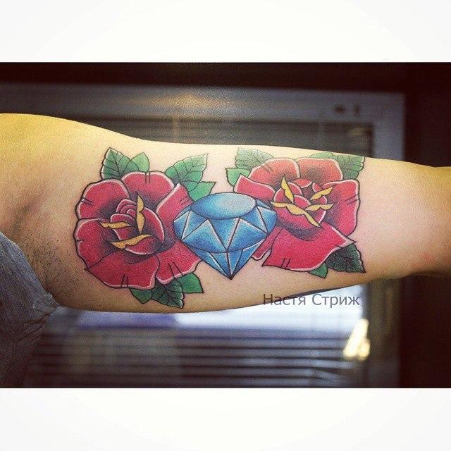 Художественная татуировка «Розы с кристаллом». Мастер Настя Стриж.