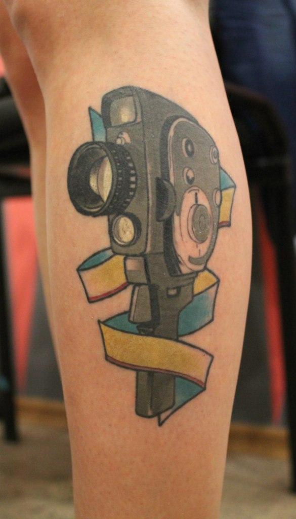 Художественная татуировка «Камера». Мастер — Саша Новик