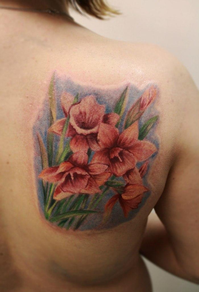 Художественная татуировка «Нарциссы». Мастер Анастасия Енот.