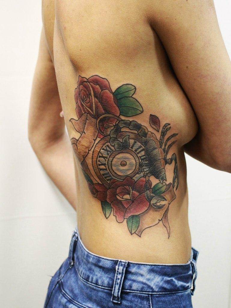 Художественная татуировка «Часы со скорпионом». Мастер Анастасия Енот.