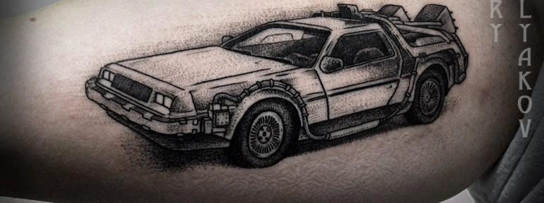 Художественная татуировка «DeLorean» от Юрия Полякова