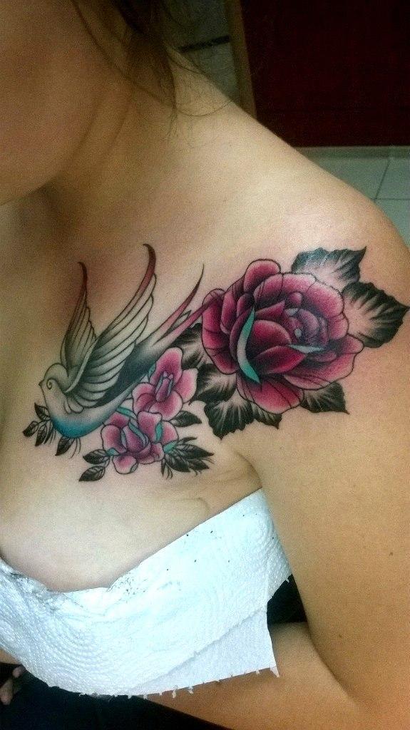 Художественная татуировка «Цветы и ласточка». Мастер — Анна Корь
