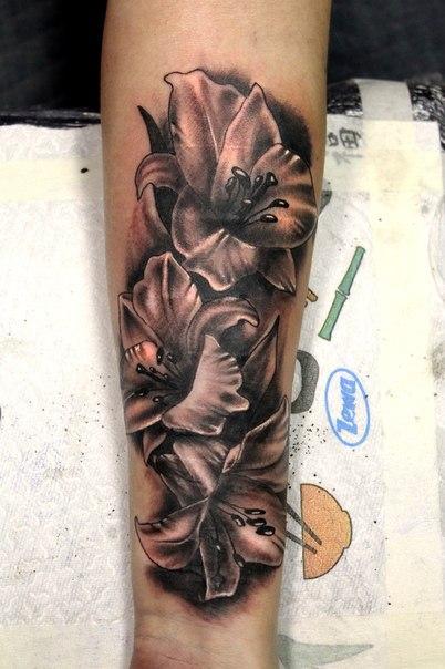 Художественная татуировка «Лилии». Мастер Нияз Фахриев.