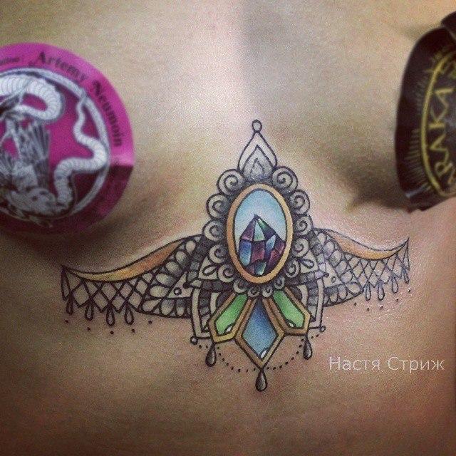 Художественная татуировка «Узор с кристаллом». Мастер Настя Стриж.