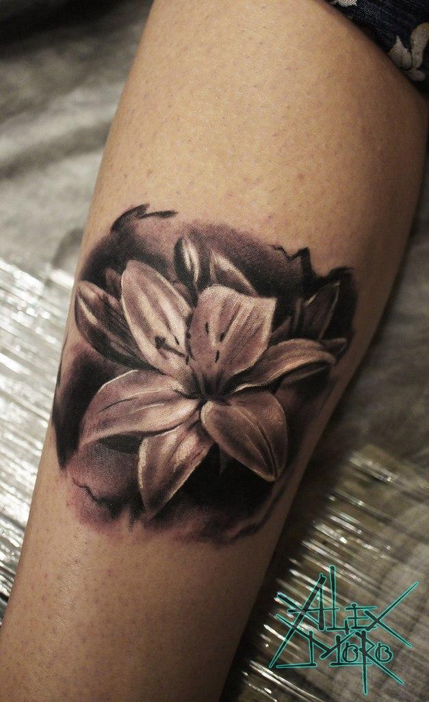 Художественная татуировка «Лилия» от Александра Морозова.
