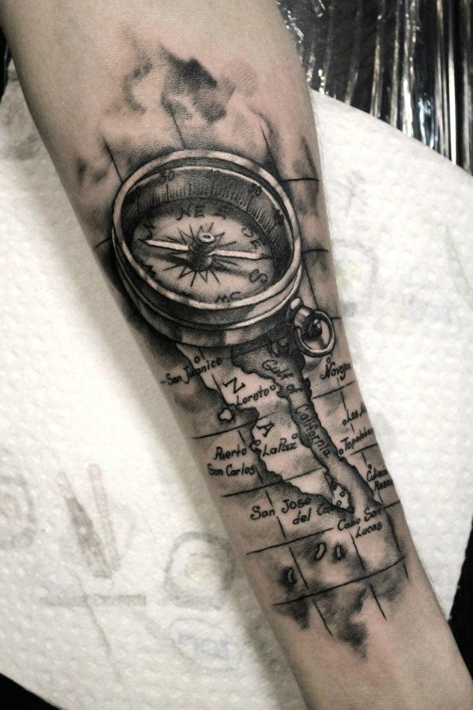 Художественная татуировка «Компас». Мастер — Анна Корь