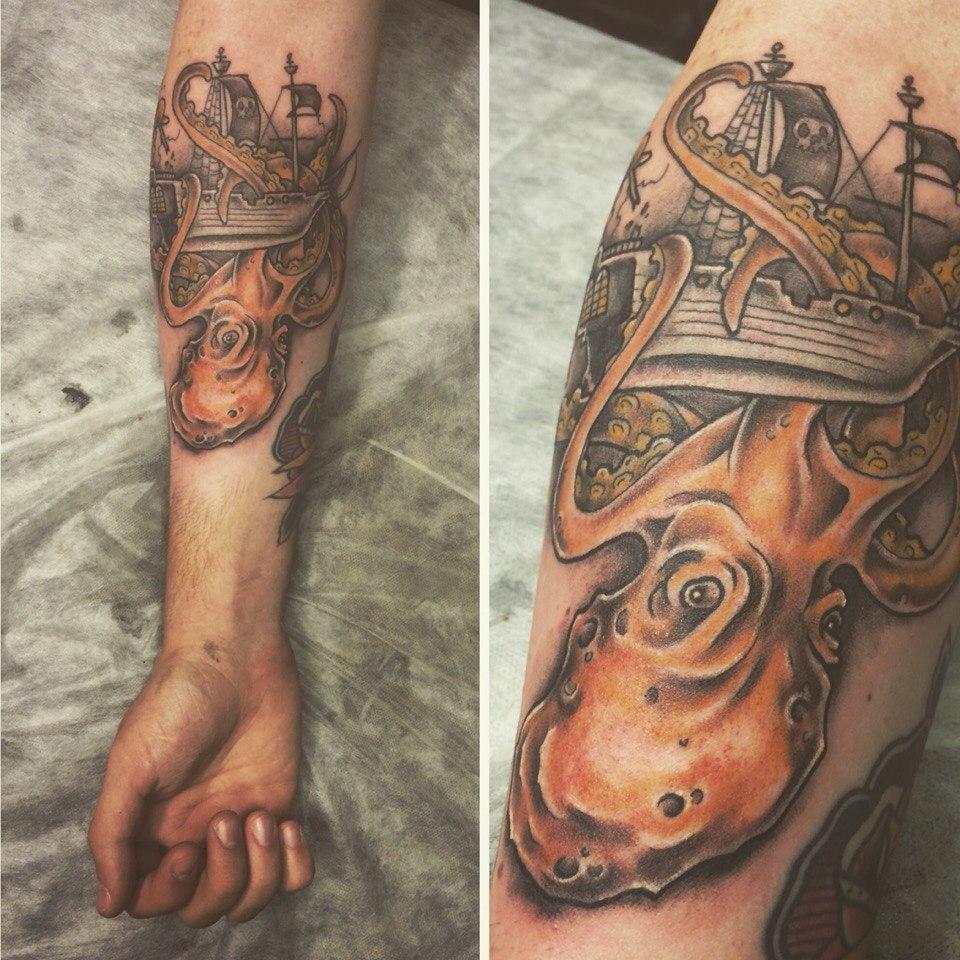 """Художественная татуировка """"Гигантский осьминог и пиратский корабль"""". Мастер Илья Берёза. Выполнена в стиле нео-трад по индивидуальному эскизу от мастера."""