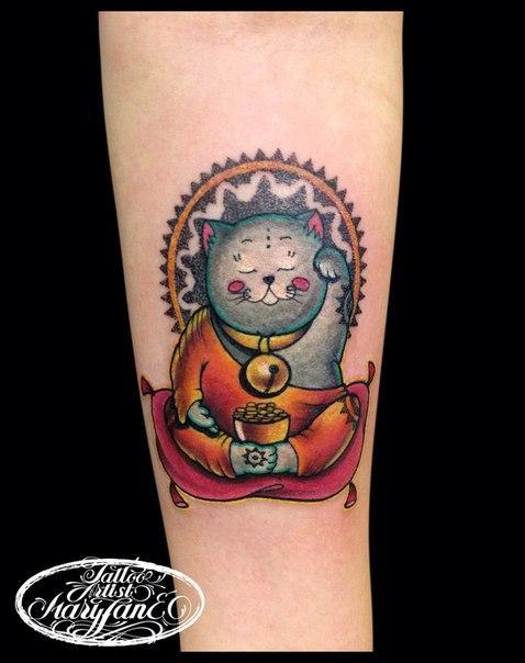 Художественная татуировка «Манэки-нэко» от Мадины Mary Jane.