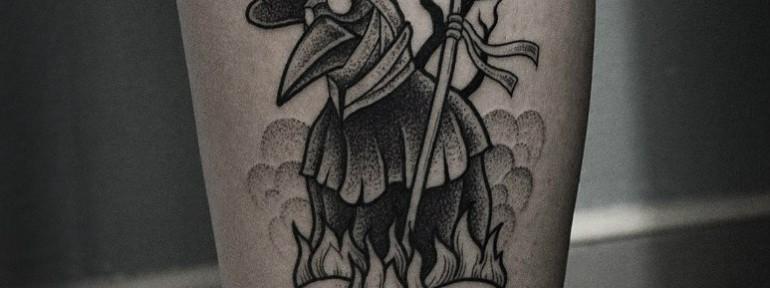 Художественная татуировка «Чумной Доктор» от Юрия Полякова