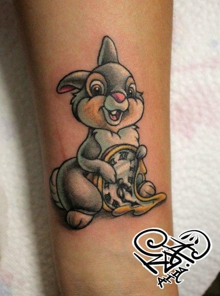 Художественная татуировка «Зайчик с часами». Мастер — Анна Корь.